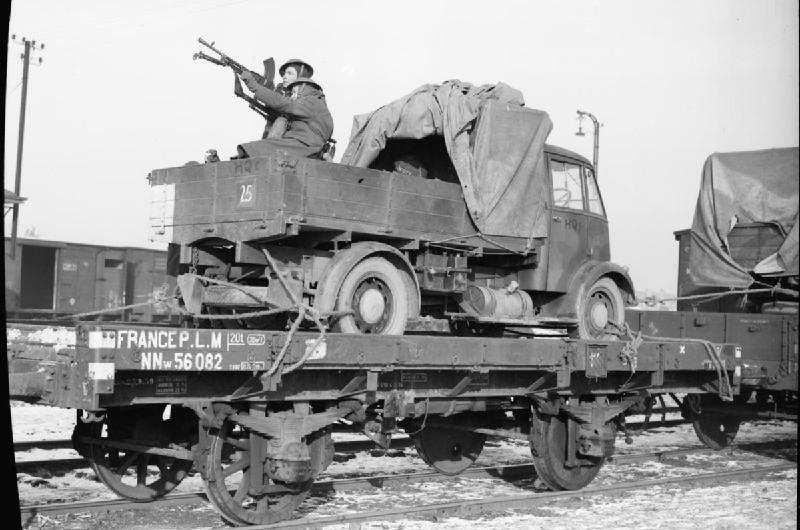 Пулемет Брен на зенитном станке в кузове грузовика во время перевозки на железнодорожной платформе в Аррасе. 3 января 1940 г.