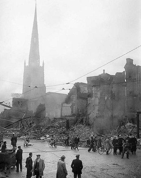 Церковь Святой Троицы после авианалёта. Ноябрь 1940 г.