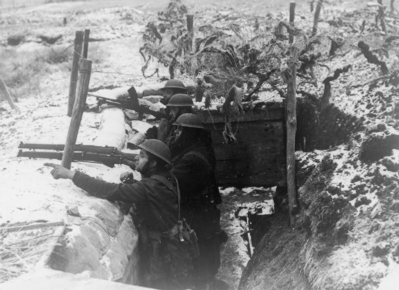 Солдаты 2-го батальона королевских стрелков в окопе перед линией Мажино. 3 января 1940 г.