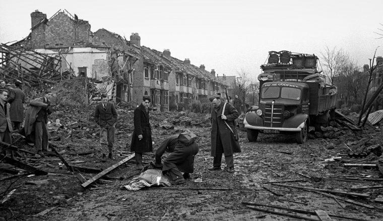Британские спасатели идентифицируют погибших после бомбардировки. Ноябрь 1940 г.