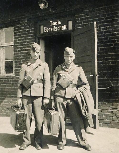 Летчики Люфтваффе на улице города. 1943 г.