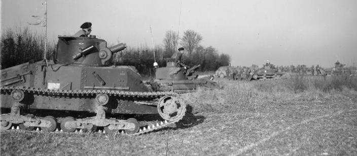 Танковый полк Матильд с пехотой 2-го батальона Северного Стаффордширского полка во время учений в Хебутерне. 11 января 1940 г.