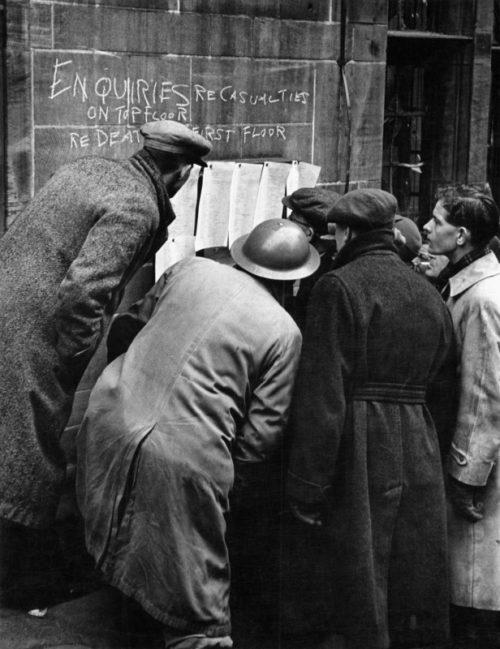 Жители Ковентри читают вывешенные списки жертв налета. Ноябрь 1940 г.