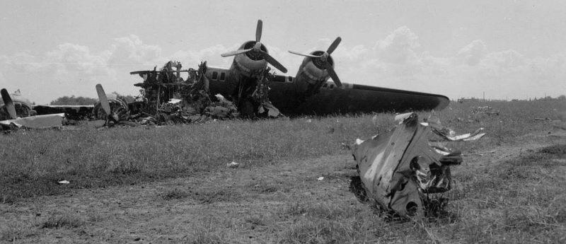Обломки американских бомбардировщиков B-17 на аэродроме под Полтавой после немецкого авианалета 22 июня 1944 года.