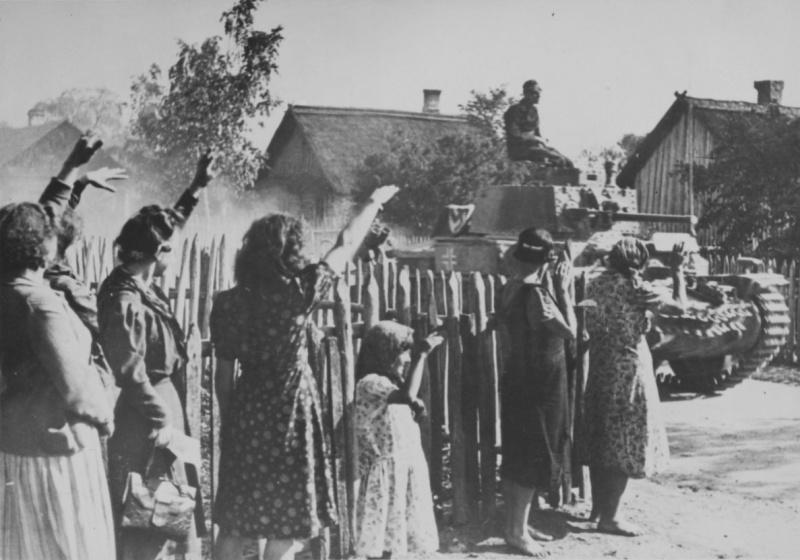 Жители литовской деревни встречают немецких солдат 12-ой танковой дивизии. Июнь 1941 г.