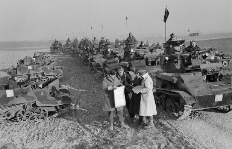 Легкие танкисты МК-VI 7-й гвардейской драгунской гвардии во время учений в Букой. 12 января 1940 г.
