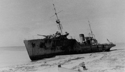 Тральщик «Взрыватель», выброшенный на евпаторийский берег. Январь 1942 г.