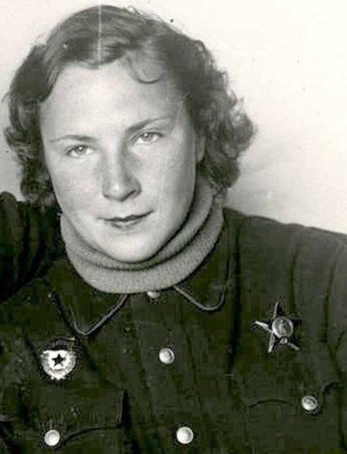 Литвяк после награждения орденом Красной Звезды. 1943 г.