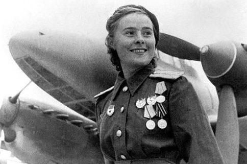 Старший лейтенант Литвяк у самолета. 1943 г.