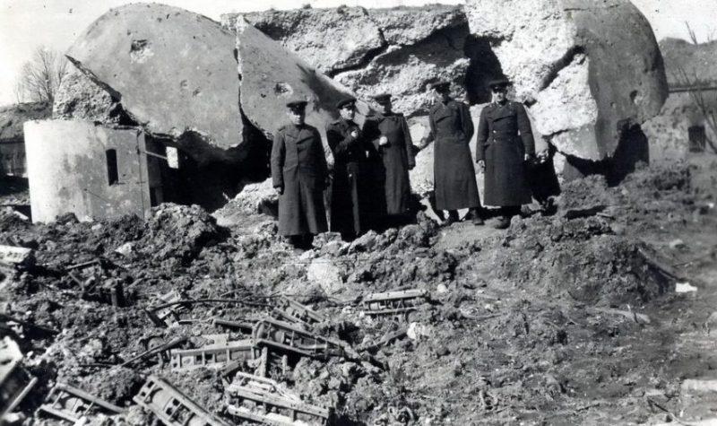 Советские офицеры у разрушенного немецкого ДОТа. Апрель 1945 г.