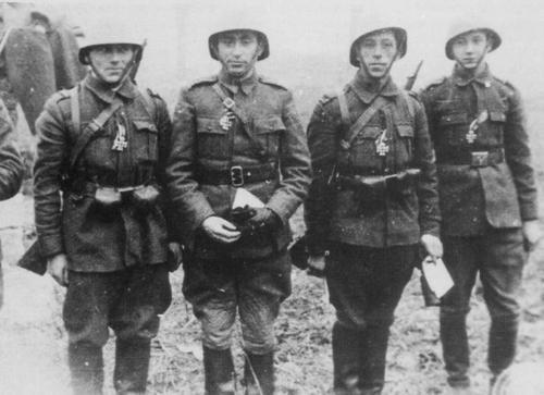Кавалеристы 8-й румынской бригады, награжденные железными крестами за разгром советского десанта. Январь 1942 г.