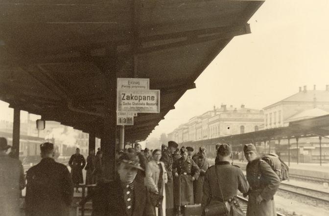 Перрон железнодорожного вокзала. 1942 г.