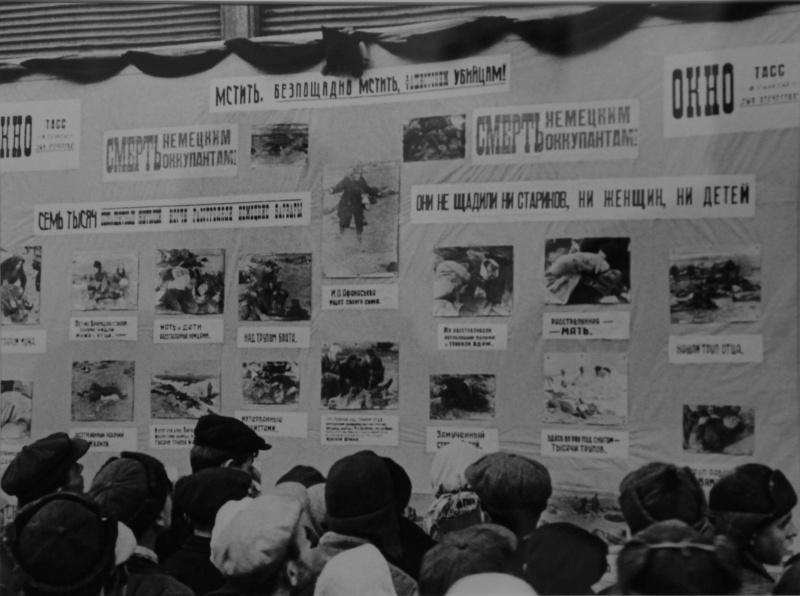 Жители освобожденной Керчи смотрят на стенд с фотодокументами «Окон ТАСС». Январь 1942 г.