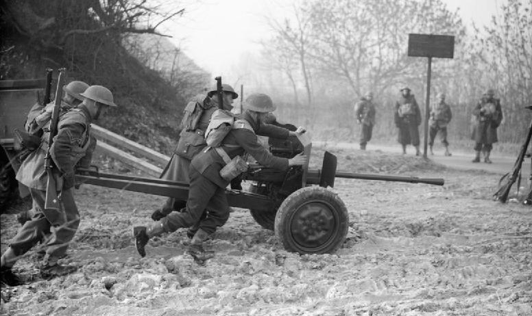 Расчет 25-мм противотанкового орудия 1-го Королевского ирландского стрелкового полка в Дури. 14 января 1940 г.