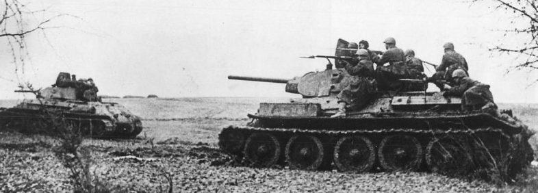 Танки Т-34 с десантом идут в бой в Крыму. Весна 1942 г.