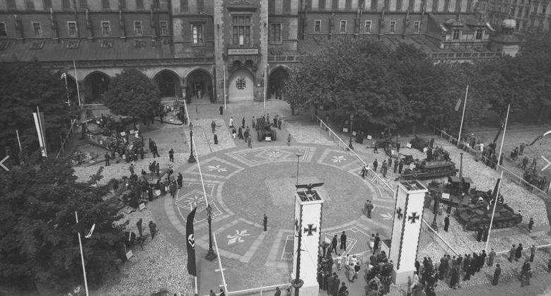 Выставка военной техники на площади Адольфа Гитлера. Июль 1942 г.