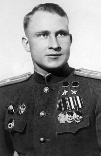 Дважды Герой Советского Союза майор Луганский. 1944 г.