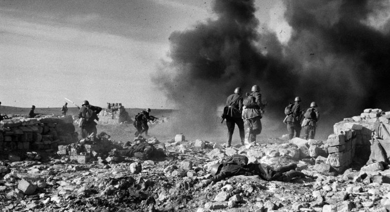 Красноармейцы занимают деревню Корпечь. Апрель 1942 г.