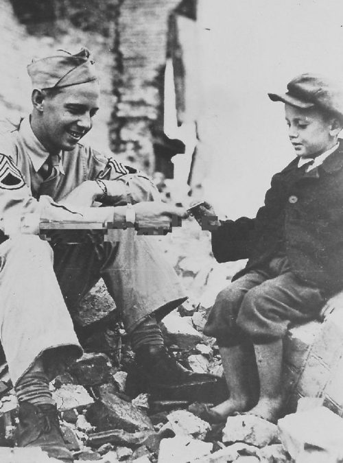 Солдаты ВВС США с юными полтавчанами. Аэродром в Полтаве. 1944 г.