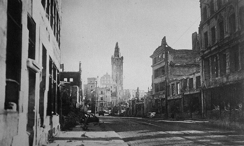 Улицы города после американской бомбардировки. Август 1944 г.