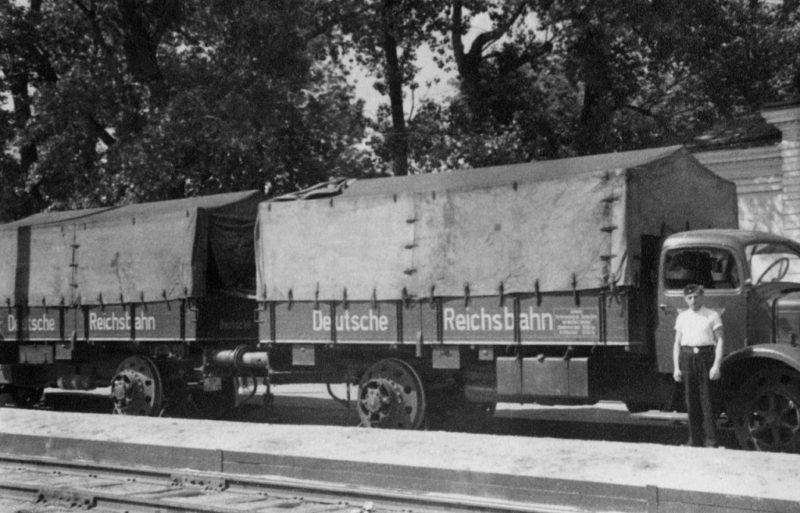 Грузовик Mercedes-Benz L-6500 на железнодорожном ходу на вокзале Полтавы. 1943 г.