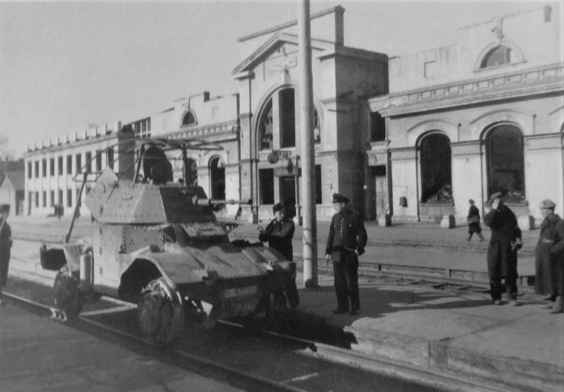 Немецкий бронеавтомобиль P204 (f) на рельсовом ходу на железнодорожном вокзале. 1943 г.