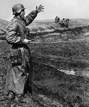 Немецкий офицер в бою. Керчь, май 1942 г.