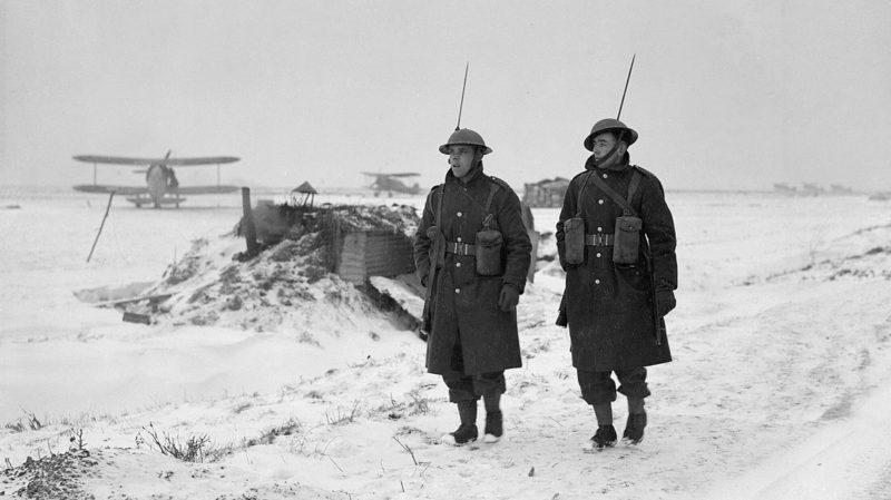 Патрульные на аэродроме ВВС во Франции. 30 января 1940 г.