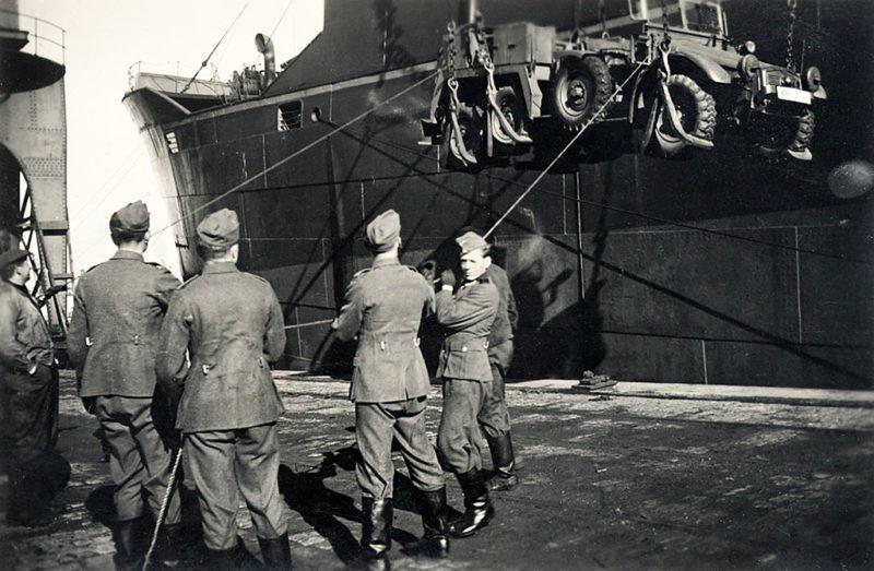 Разгрузка корабля в порту. 1944 г.