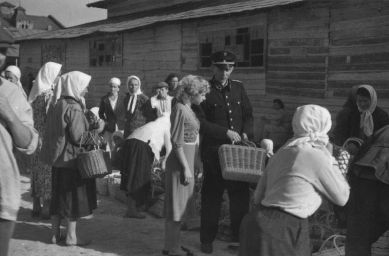 Немецкий железнодорожник на рынке оккупированной Полтавы.1943 г.