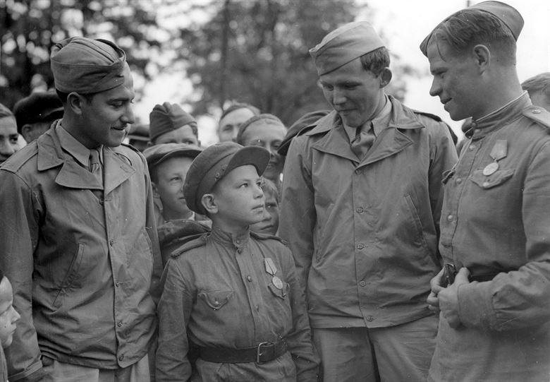 Американские летчики с юным героем - «сыном полка». 1944 г.