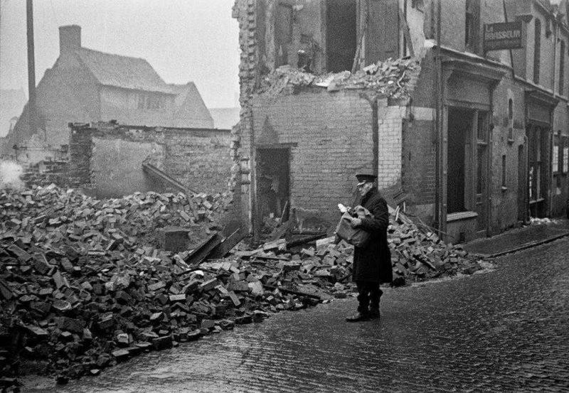 Почтальон у разрушенного дома. Ноябрь 1940 г.
