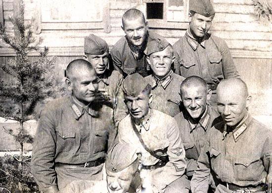 Маресьев слева в первом ряду. Читинская авиационная школа пилотов. 1939 г.