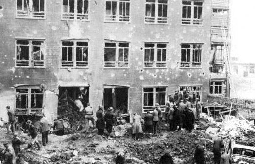 Горожане у своих разрушенных домов. Ноябрь 1940 г