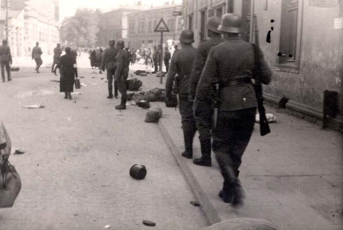 Вещи, брошенные евреями на улице при депортации. Март 1943 г.
