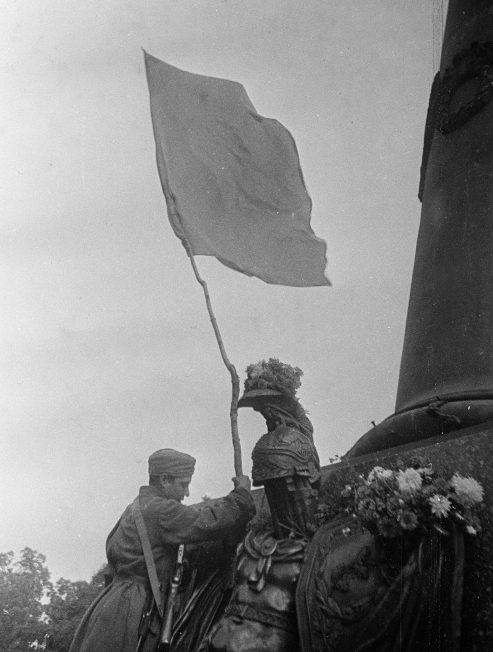 Красный флаг у Монумента Славы в освобожденной Полтаве. 23 сентября 1943 г.