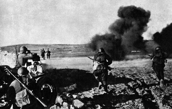 Советские солдаты контратакуют противника на Крымском фронте. Май 1942 г.