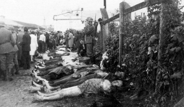 Тела убитых евреев на одной из улиц Краковского гетто. Март 1943 г.