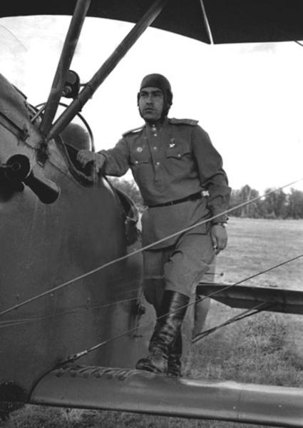 Маресьев у самолета. 1943 г.
