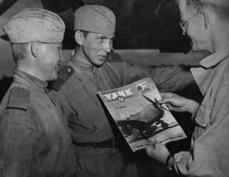 Знакомство советских солдат с западной культурой. Аэродром Миргород. 1944 г.