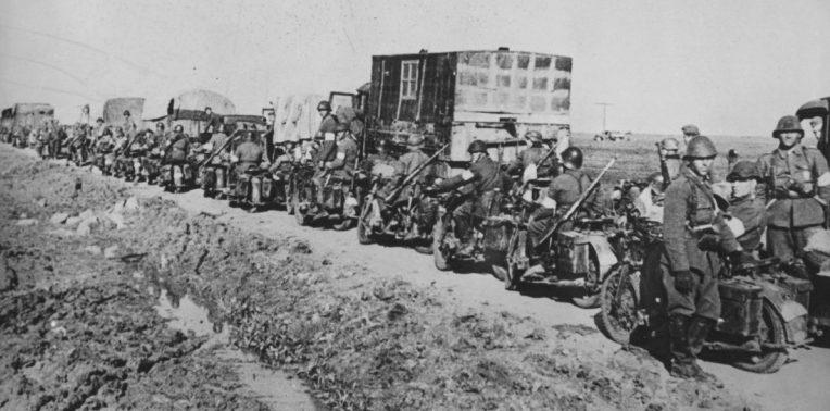 Колонна румынских мотоциклистов и грузовиков в окрестностях Керчи. Май 1942 г.