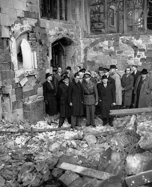 Король Георг VI осматривает руины города. Ноябрь 1940 г.