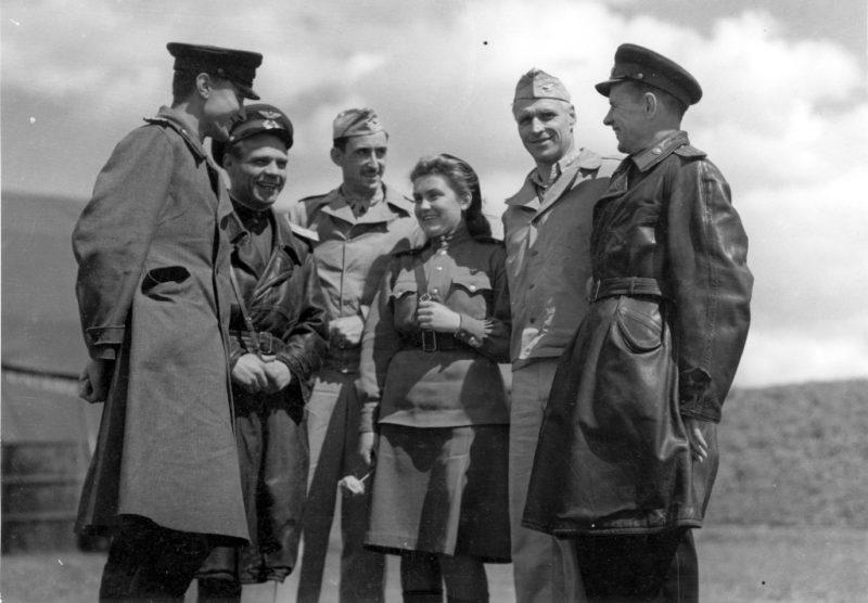 Советские офицеры с полковником Бартоном, командиром 483-й группы бомбардировщиков, и полковником Райсом из 2-й группы бомбардировщиков. Девушка в центре - переводчик. Миргород, 1944 г.