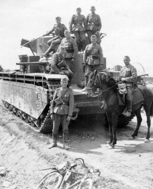 Советский Т-35, брошенный на трассе Львов – Буск. Июнь 1941 г