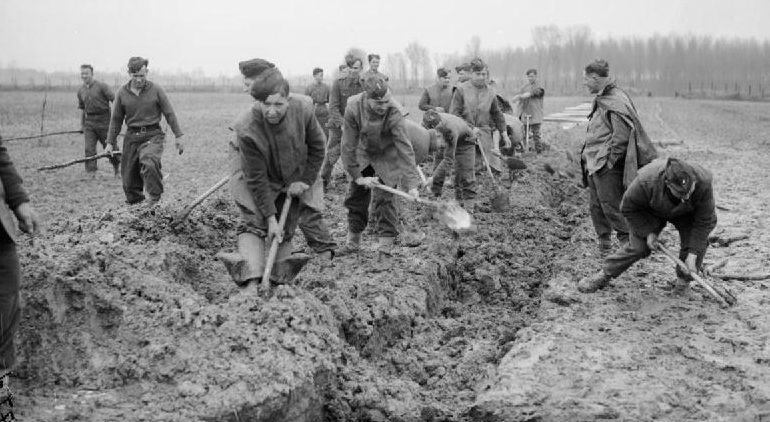 Королевские ирландские стрелки роют траншеи в Номене. 29 февраля 1940 г.
