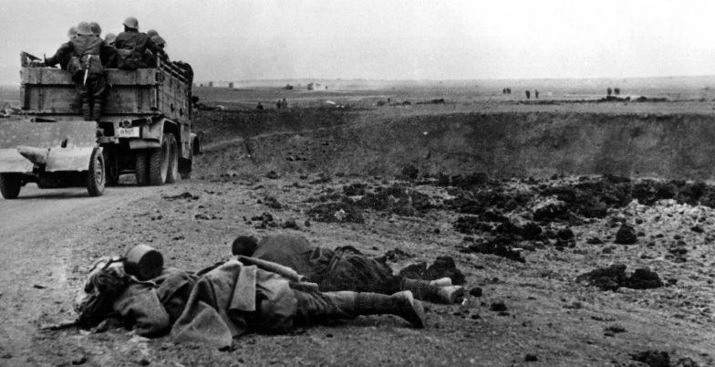 Румынский грузовик с солдатами под Керчью. Май 1942 г.