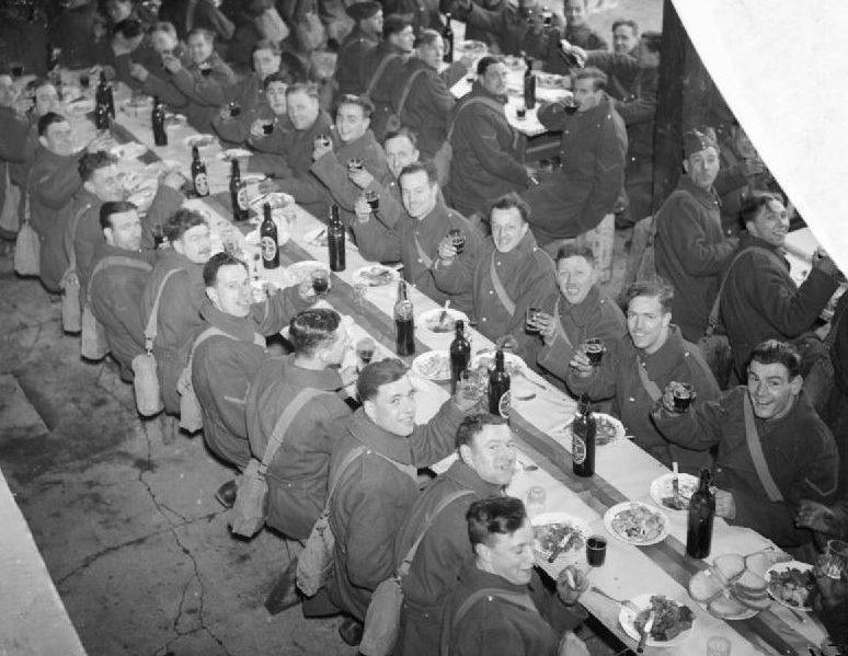 Уэльские стрелки празднуют День Святого Давида. 1 марта 1940 г.