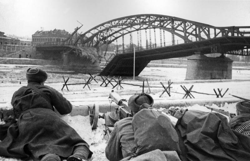 Советские бойцы у разрушенного моста через реку Висла в боях за освобождение Кракова. Январь 1945 г.