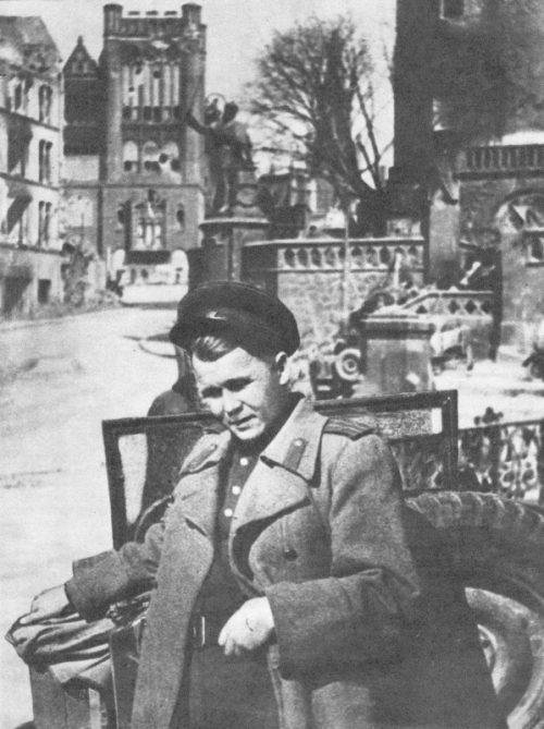 Специальный корреспондент, поэт редакции газеты «Красноармейская правда» подполковник Александр Твардовский в Кенигсберге. Май 1945 г.