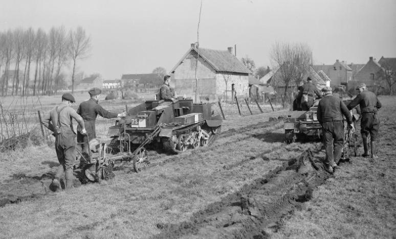 Солдаты Королевского ирландского фузилера пашут с помощью военной техники. 5 марта 1940 г.
